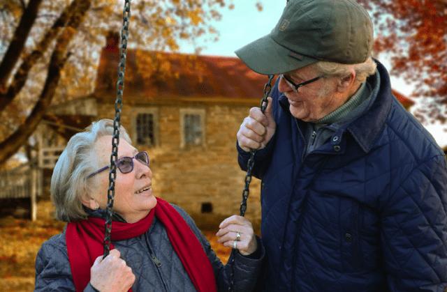 Aider une personne âgée à accepter des changements visuels
